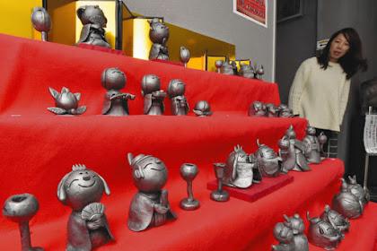 瓦のひな人形 ネコやトラ、ペンギン、男びなや女びな