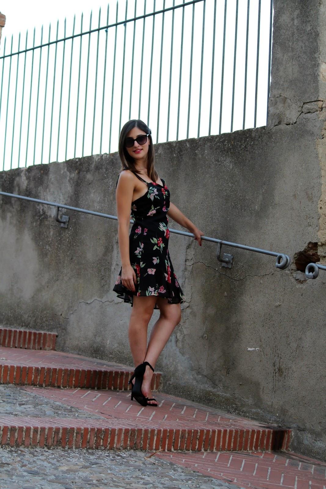 ragazza scale vestito sandali