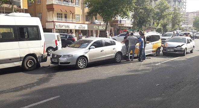 Diyarbakır Fırat Bulvarı'nda zincirleme kaza