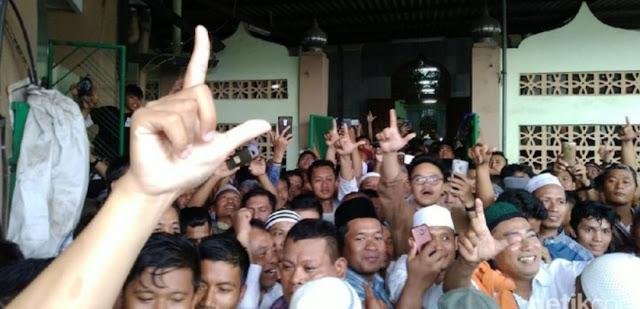 Kekhawatiran Sejumlah Pihak Benar-benar Terjadi, Ada Teriakan Prabowo Presiden dan Pose Dua Jari di Masjid Prabowo Melaksanakan  Jum'atan