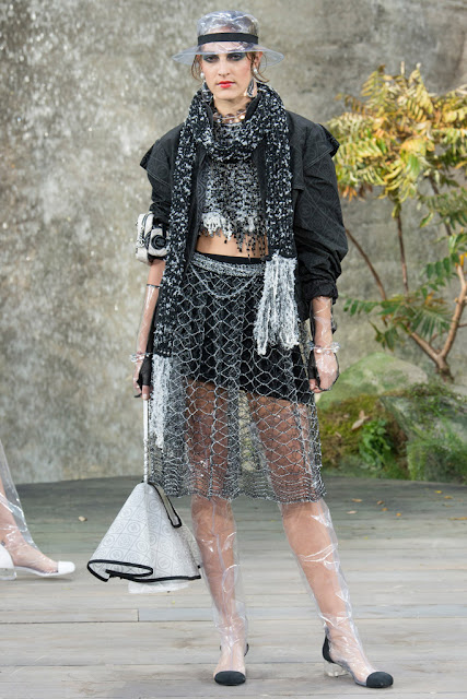 chanel, paris fashion week, moda, fashion, lujo, luxe, accesorios de plastico chanel, tendencia plastico, PFW18, tendencias, moda y tendencias, Karl Lagerfeld
