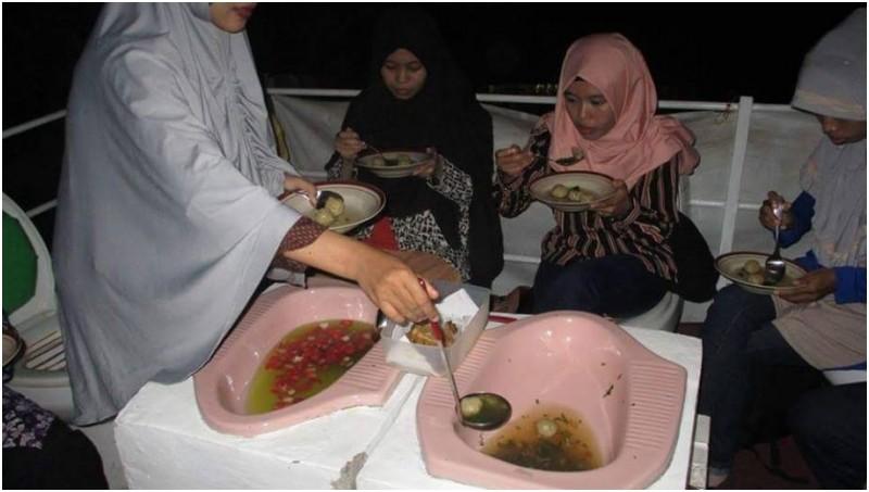 Pengunjung menikmati makanan di Cafe Jamban Semarang