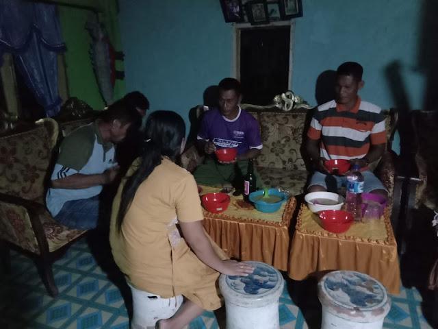Jalin Kebersamaan dan Keakraban, Satgas TMMD ke Kodim 1407/Bone Makan Malam di Rumah Warga