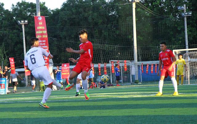 Một pha tranh bóng giữa Hữu Ngân và các cầu thủ đội SMC
