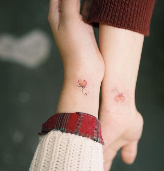 vemos la fotografia de una chica elegante con un tatuaje sencillo pero muy bonito