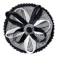 Broche tela rayas blancas y negras con lazos