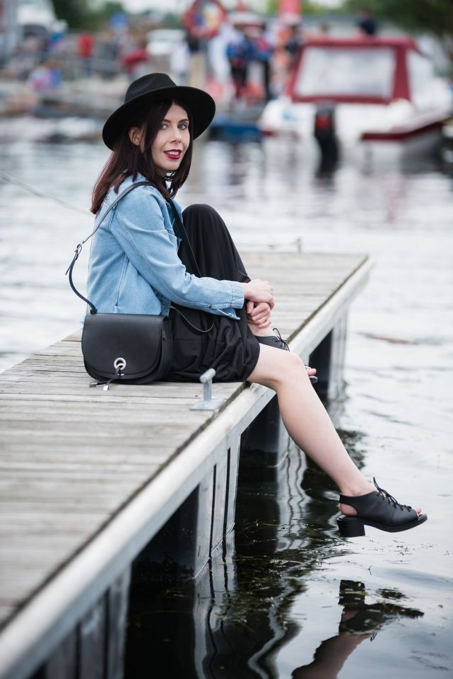 blogerka w kapeluszu | sukienka maksi | dżinsowa kurtka z haftami | jak nosić sukienkę maksi? | czy warto pojechać na Mazury? | urlop na Mazurach | sesja fashion Giżycko | Giżycko | styl boho | styl grunge | blog o modzie | blog modowy | blogerka z Łodzi