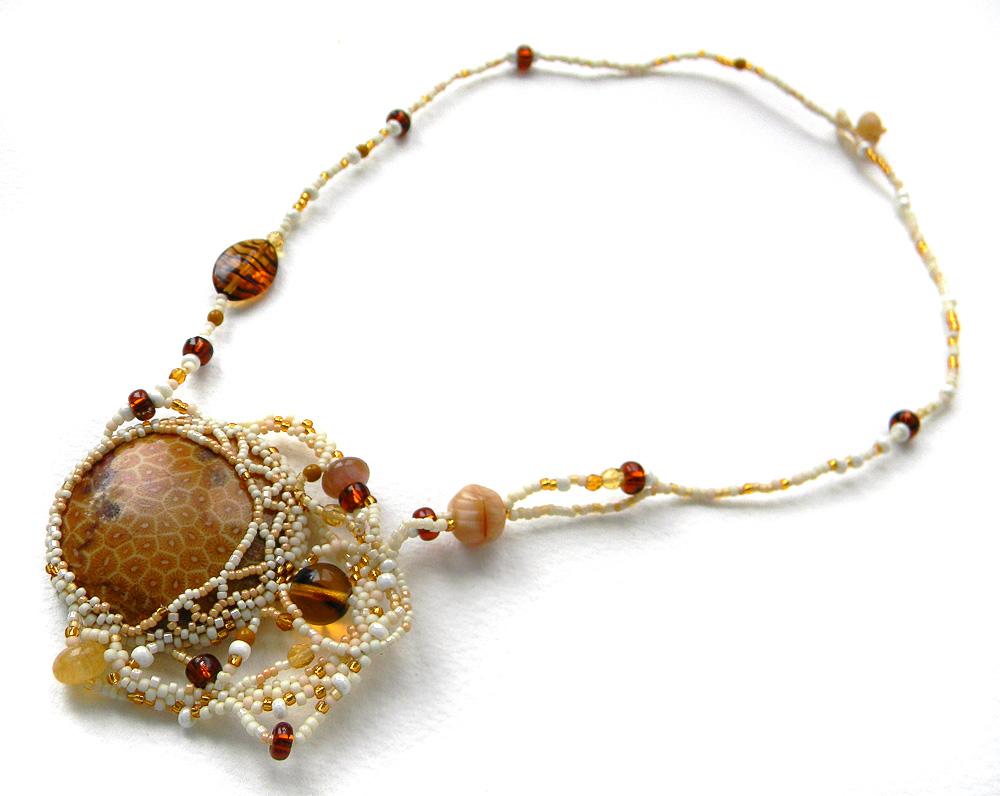 Фриформ-кулон с окаменелым кораллом - бисерное колье в стиле бохо