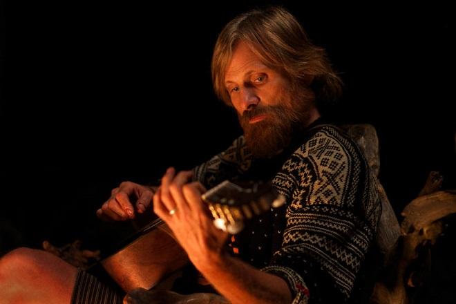 Viggo Mortensen spielt Gitarre.