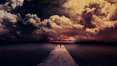 Carretera siniestra con nubes de fondo y un hombre caminando