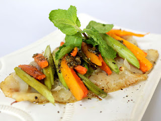 """<img src=""""pescado-al-horno-con-vegetales.jpg"""" alt=""""sirve como buena ración para el almuerzo. Aporta pocas calorías y es rico en proteínas"""">"""