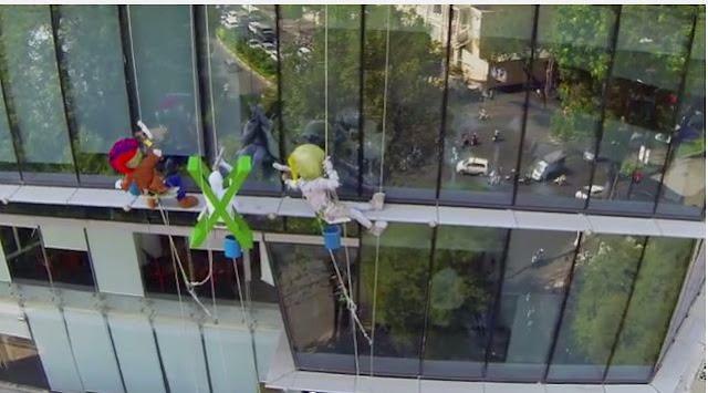 Biệt đội 'thú bông' lau kính trên tòa nhà cao tầng