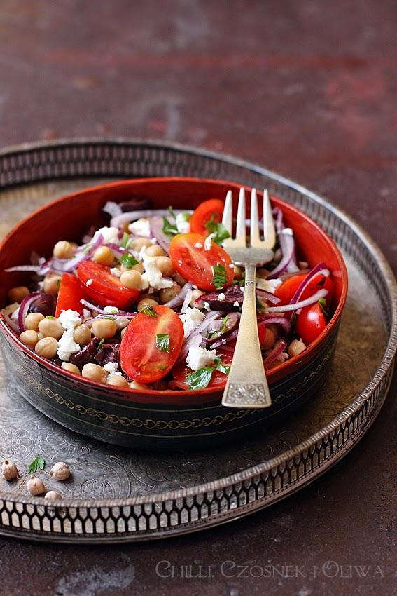 salatka z ciecierzycy, pomidorow, oliwek i fety