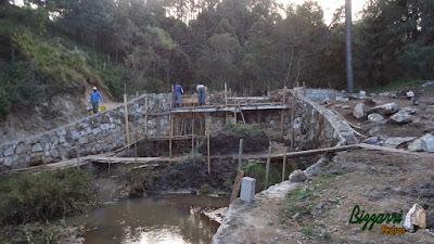 Construção dos lagos com paredão de pedra rústica entre um lago e outro para formar uma ducha de água sendo que a construção do lago de cima vai ficar 2 m mais alto.