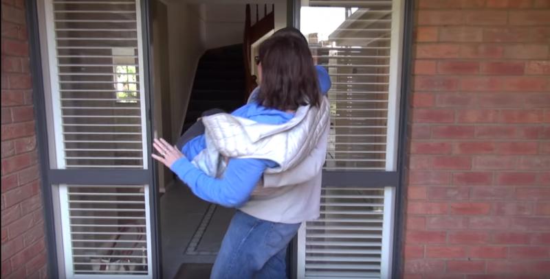 cet homme porte la femme qu il a tromp e jusqu au seuil de leur porte puis il note un. Black Bedroom Furniture Sets. Home Design Ideas