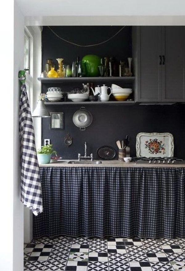 cozinha com prateleira  armarios preto cortina de pia piso branco e preto
