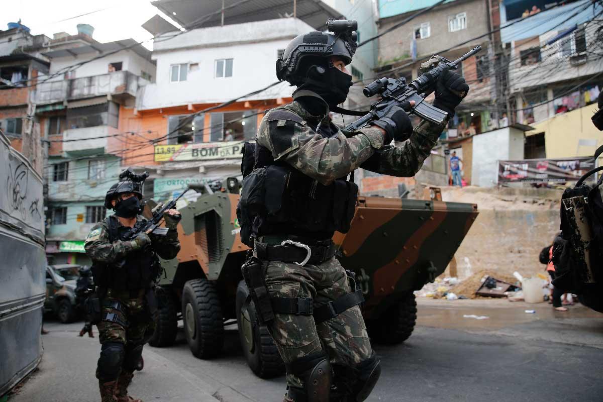 1f67355d5f Fotografia 1: Elementos de Operações Especiais do Exército Brasileiro  participam de operação no Complexo de Favelas da Rocinha após confronto  entre ...