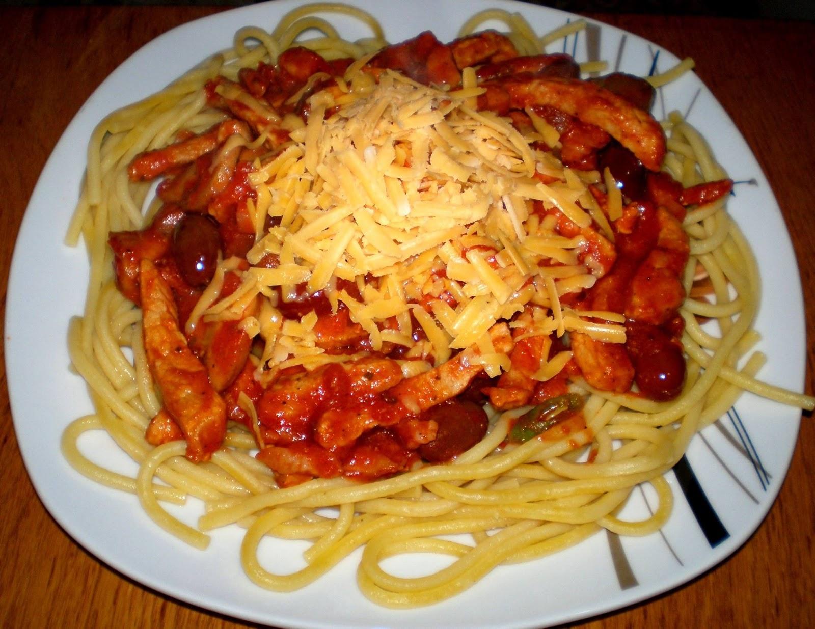 Spaghetti cu carne de porc, suc de roșii și brânză Cheddar răzuită