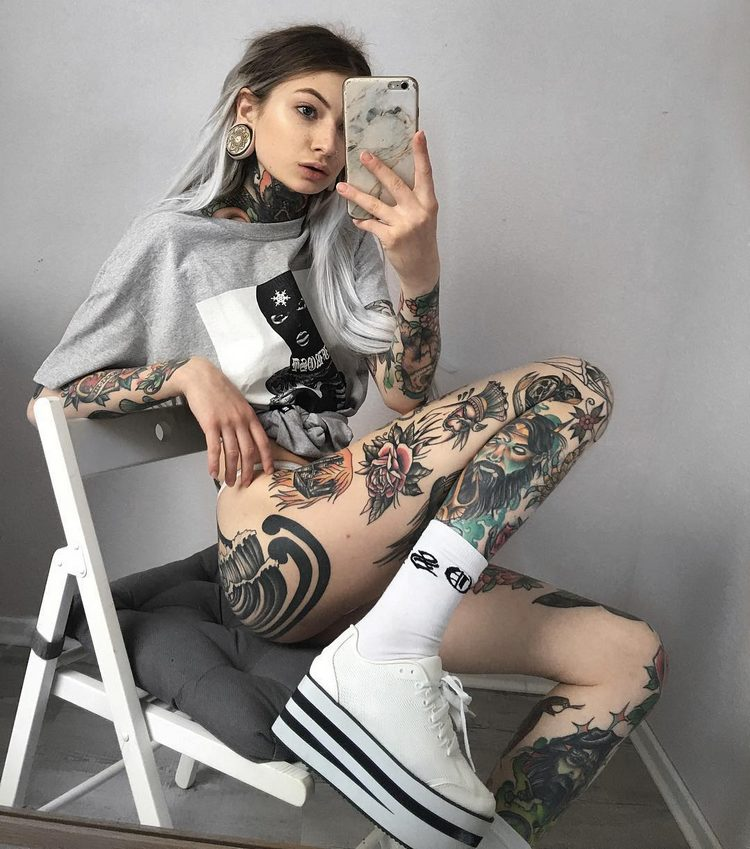 Lee tattooed model girl