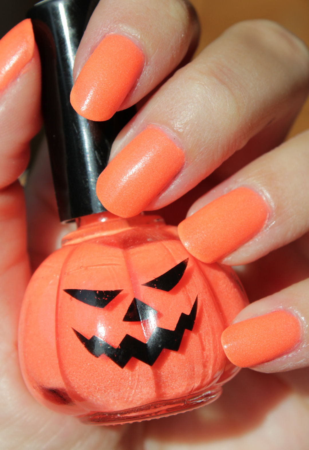 http://lacquediction.blogspot.de/2014/10/halloween-nail-art-mit-rite-aid-glow-in.html