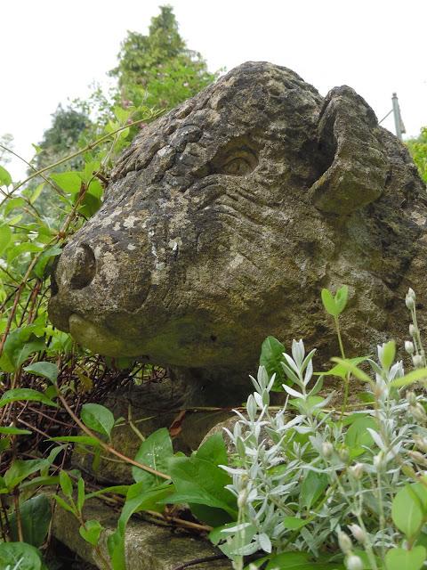 kamienna rzeźba w ogrodzie