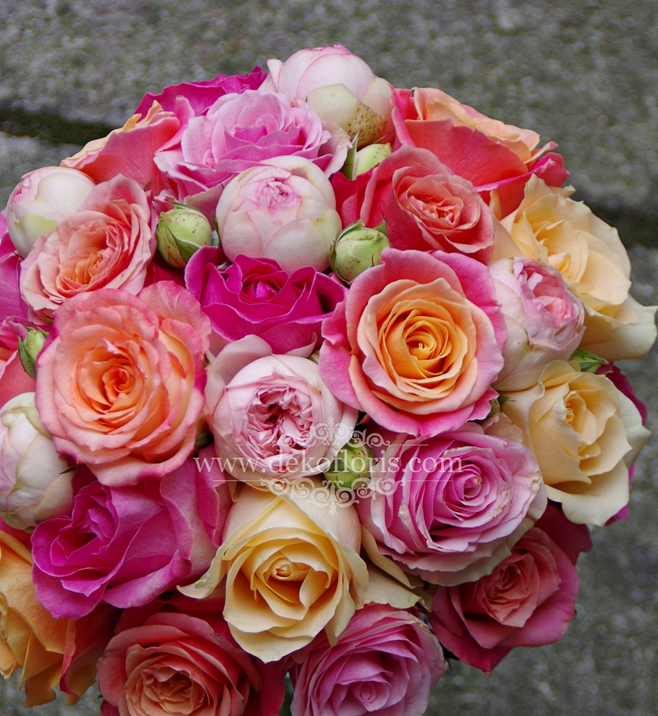 Różowo pomarańczowy bukiet ślubny Panny Młodej