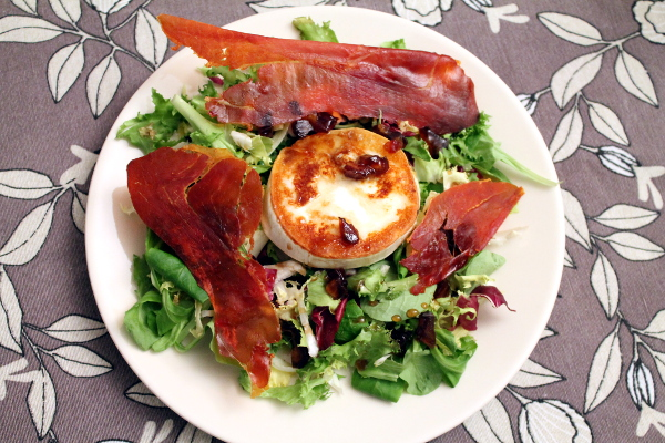 Ensalada con crujiente de jamón ibérico, queso de cabra y vinagreta de dátiles y miel