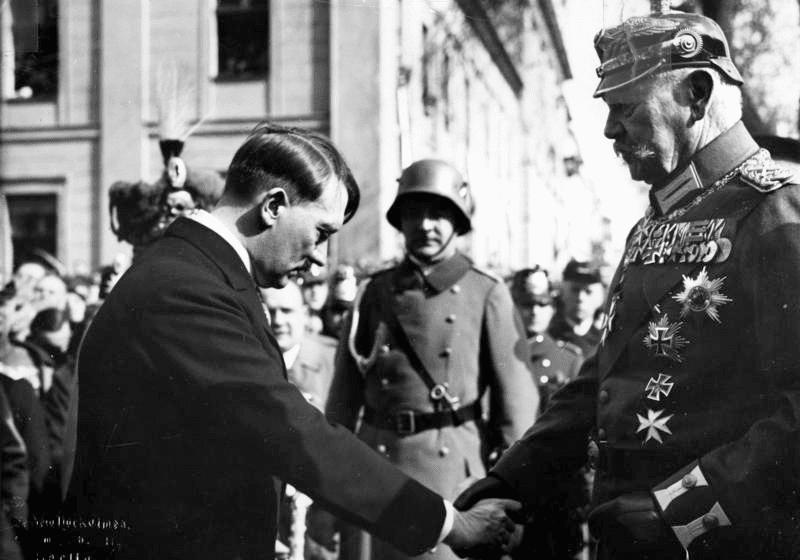 Στις 30 Ιανουαρίου 1933 ο Χίντενμπουργκ ανέθεσε στον Χίτλερ την καγκελαρία  του Ράιχ b933e731ccf