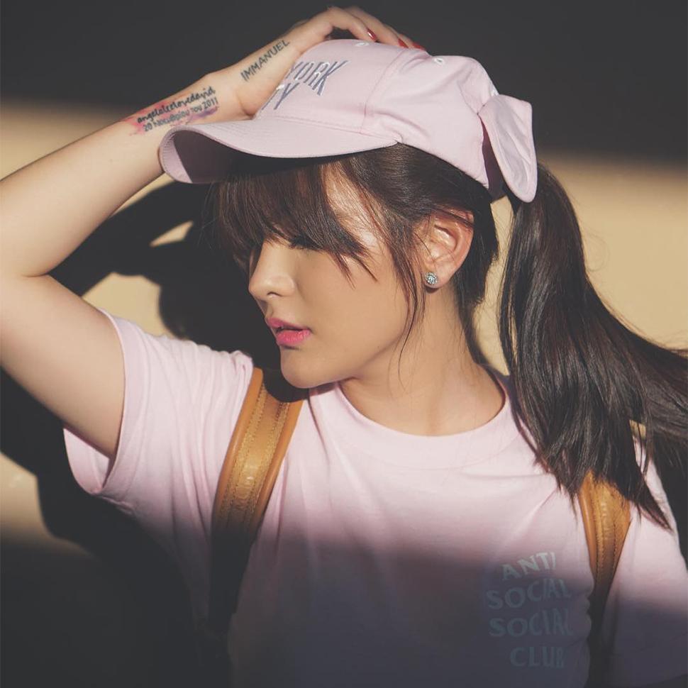 Angela Lee Pakai Topi