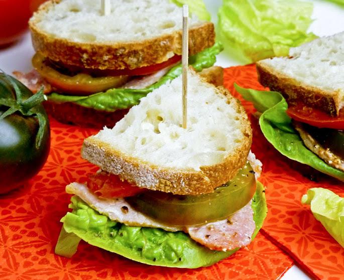 Recept BLT-sandwich met groene en rode tomaten en zelfgemaakte mayonaise