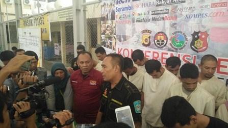 Beritaitu.com Banda Aceh - Tim Satuan Reserse Narkoba Polresta Banda Aceh mengamankan tiga tersangka pengedar narkotika jenis sabu di Jalan Syiahkuala, Kecamatan Kuta Alam, Banda Aceh. Penangkapan dilakukan setelah para tersangka terlibat transaksi dengan petugas yang menyamar sebagai pembeli sabu.