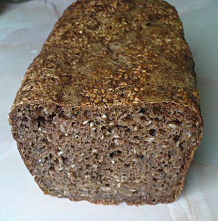 Chleb razowy, pszenno - żytni z sezamem