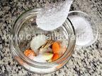 Castraveciori in otet pentru iarna preparare reteta - adaugam in borcan o lingura de sare