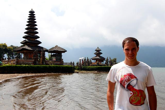 Alberto frente a los merus de Ulun Danu Bratan (Bali)