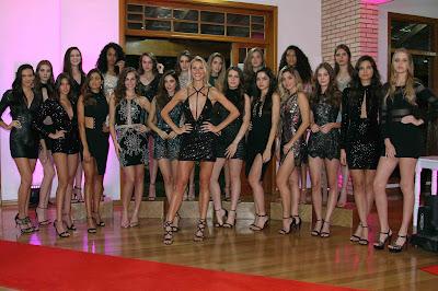 A apresentadora Renata Kuerten e as 14 candidatas do reality - Crédito/Foto: Divulgação
