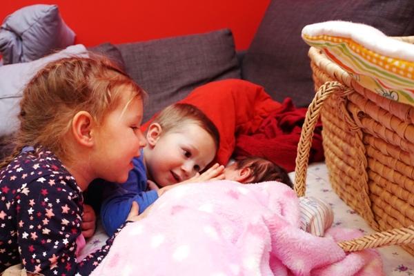 trójka dzieci, miłość, rodzeństwo