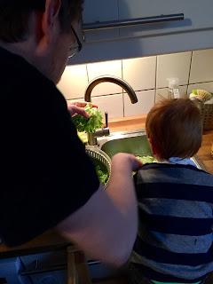 Salat mit Kind waschen