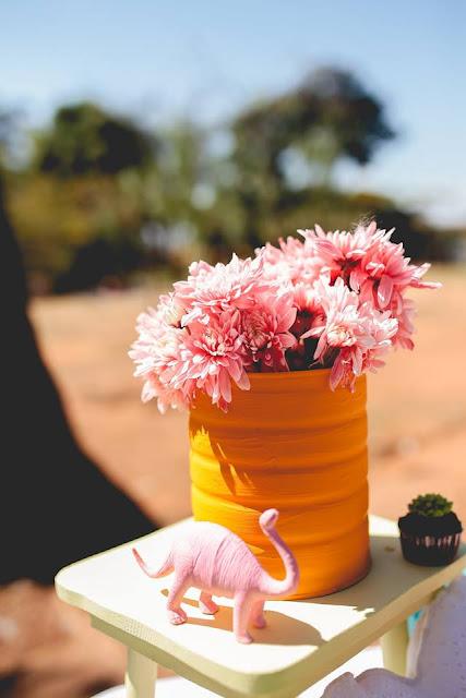 Aniversário Tema Dinossauro - Meninas - DIY - flores - Feira das Flores - Belo Horizonte - festa no parque - lata - tinta lavável