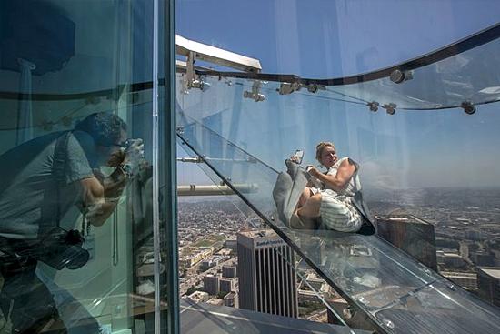 Escorregador de vidro em prédio alto de LA nos EUA - Img 2