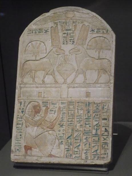 lastra con geroglifici e disegni di animali al museo eizio
