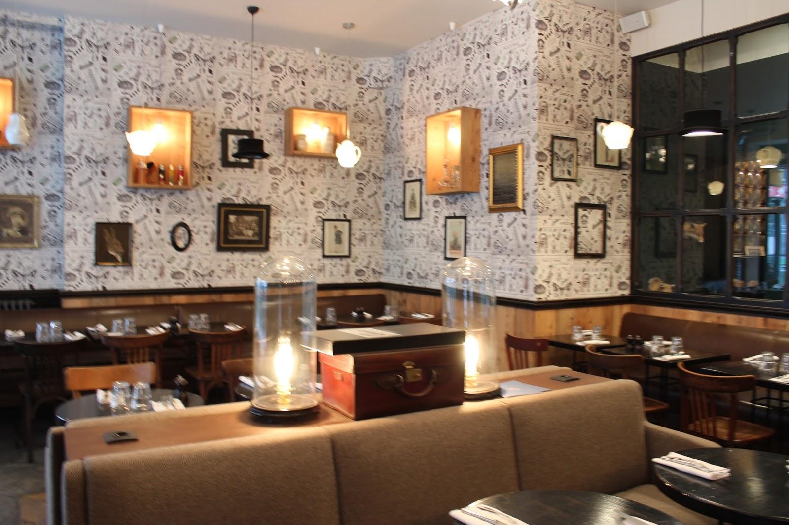 Un Restaurant étonnant Le Colonel Moutarde Décoration British - Formation decorateur interieur avec petit fauteuil moutarde
