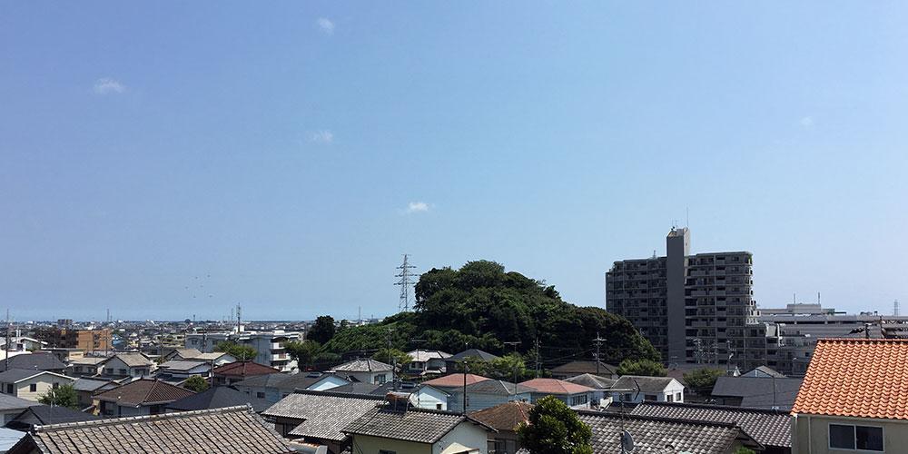 六所神社境内から入野古墳を望む(2016年8月6日撮影)