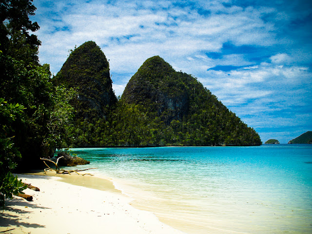 5 Pantai Paling  Indah Yang Cocok Untuk Bulan Madu di Indonesia-Raja ampat di papua Barat