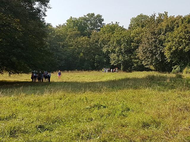 Schülergruppe am Prater Disc Golf Parcours