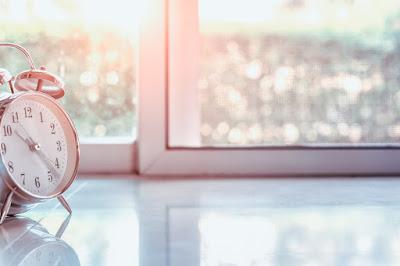 Reloj a contraluz del sol entrando por la ventana indicando las horas de sol en Islandia
