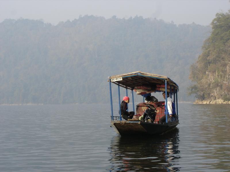 Đi thuyền ngắm cảnh Hồ Ba Bể