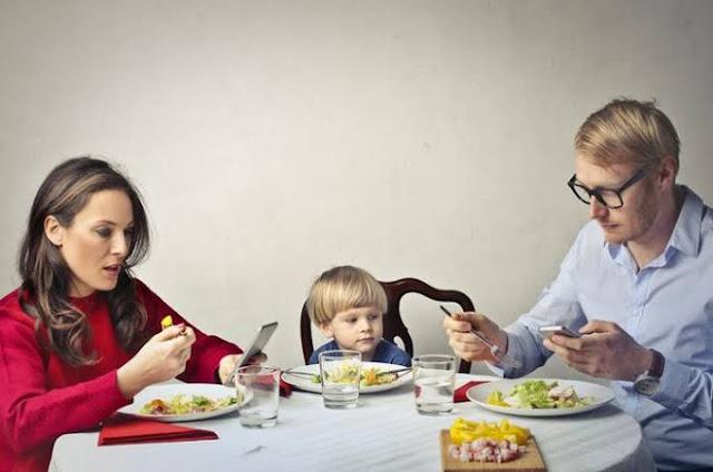 Stop Makan Sambil Main HP, Bahayanya Bikin Takut!
