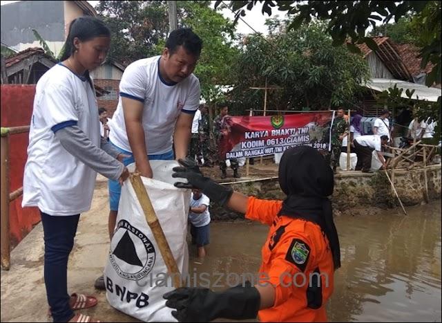 Gerakan Indonesia Bersih Sisir Sungai Cimamut