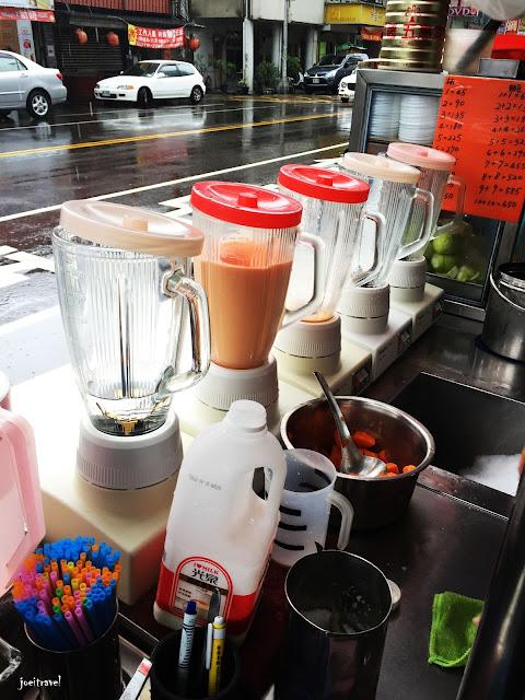 IMG 6725 - 【台中美食】台中人的下午茶 ,創立於1964年的台中忠孝夜市木瓜牛奶老店『美乃屋』@木瓜牛奶@忠孝夜市@下午茶@知名老店