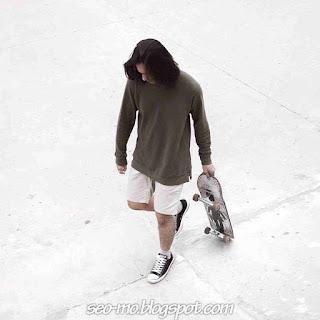 Foto Omar Daniel membawa Skateboard Keren banget